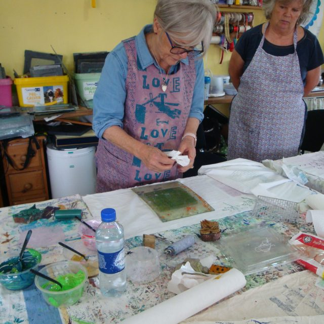 Demonstrating how to use a Gelli plate